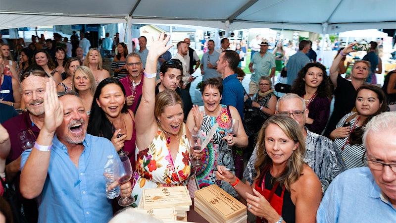 现场竞价理货$ 4400万在13次慈善葡萄酒拍卖会金宝博手机