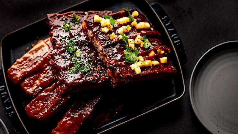 迈克尔·米娜的永恒七月四日盛宴:烧烤排骨和墨西哥辣椒奶油玉米