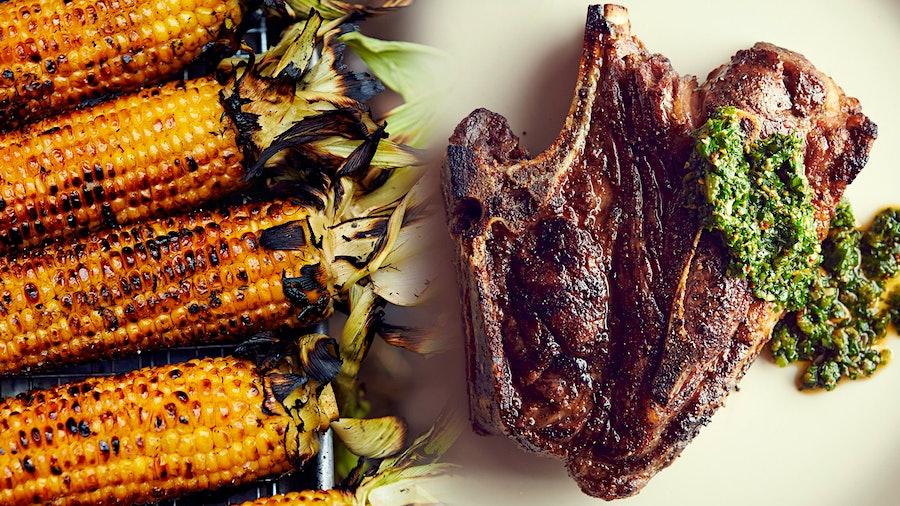 烤的玉米,直到它被烧焦,而不是蒸它,给它的味道额外的深处,对羊肉的丰富晋级。