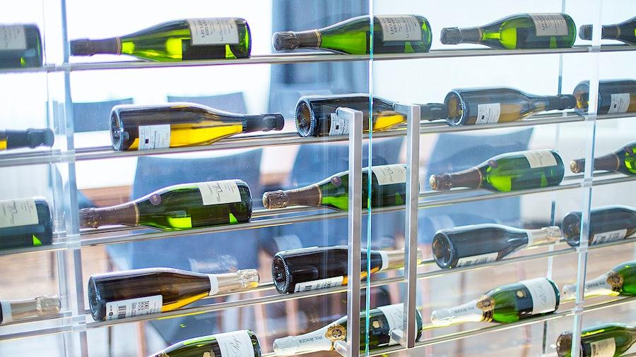 金宝博手机上显示酒瓶的玻璃箱