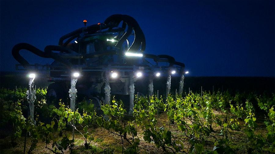 拖拉机在香槟路易·德·萨西,大蒜喷雾武装。这也是传言招架Champires。