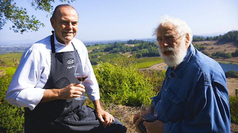 厨师查理·帕尔默拿着一杯红酒旁边屠夫布鲁斯Aidells金宝博手机