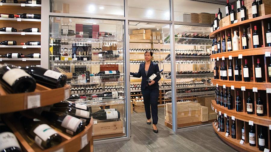 安娜-克里斯蒂娜·卡布拉莱斯(Anna-Christina Cabrales)在繁忙的日子里在纽约的莫雷尔(Morrell金宝博手机)葡萄酒酒吧